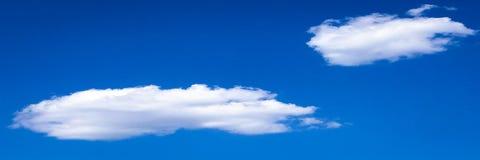 clouds den härliga bluen för bakgrund skyen clouds skyen Himmel med blått för moln för molnvädernatur bluen clouds skysunen Royaltyfria Bilder
