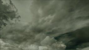 clouds den mörka dramatiska stormen arkivfilmer