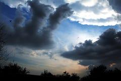 clouds den mörka dramatiska stormen Arkivfoton