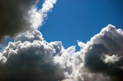 clouds den mörka skyen Arkivfoton