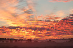 clouds den mörka strålsunen Arkivfoto