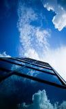 clouds den reflekterande skyskrapan Royaltyfri Foto