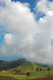 clouds det enorma berg över Arkivbilder