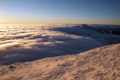 clouds det flödande berg över område Arkivbild