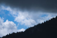 clouds det mörka berg över arkivbilder