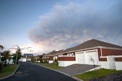 clouds det moderna dramatiska huset Arkivbilder