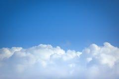clouds flyg över Royaltyfri Fotografi
