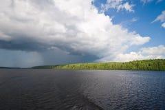 clouds kovzha över floden Arkivbilder