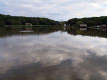 clouds lakereflexion Fotografering för Bildbyråer