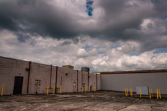 Clouds over the back of an abandoned shopping center Royalty Free Stock Photos