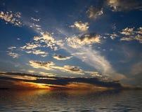 clouds reflecton framfört skyvatten Arkivbilder