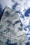 clouds reflexionsskyskrapan royaltyfria foton