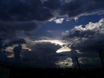 clouds tungt Arkivfoton