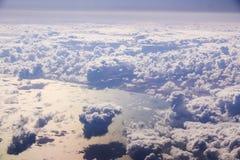 Cloudscape。蓝天和白色云彩。 库存图片