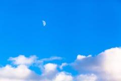 Cloudscape和月亮 免版税图库摄影