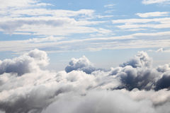 Cloudscape有在云彩的一张鸟瞰图 免版税库存照片