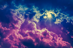 cloudscape背景风景  与光束的五颜六色的天空 免版税库存图片