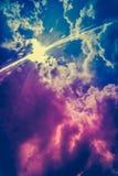 cloudscape背景风景  与光束的五颜六色的天空 免版税库存照片