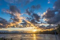 Cloudscape étonnant de soirée à la rivière photographie stock libre de droits