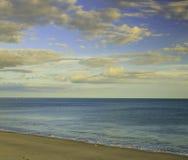 Cloudscape över strand Arkivbild