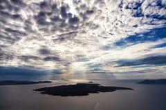 Cloudscape över vulkan av Santorini Royaltyfri Foto