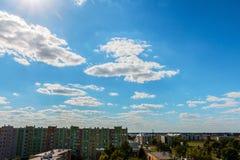 Cloudscape über hohen Gebäuden lizenzfreie stockbilder