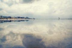 Cloudscape über Nationalpark, Niedersachsen In der Front die Gezeiten- Ebenen des Wadden-Meeres lizenzfreie stockbilder
