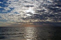 Cloudscape και ηλιοβασίλεμα πέρα από τη θάλασσα Στοκ εικόνα με δικαίωμα ελεύθερης χρήσης