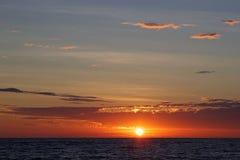 Cloudscape και ηλιοβασίλεμα πέρα από τη θάλασσα Στοκ Εικόνες