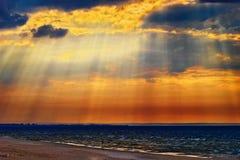 Cloudscape με τις του λυκόφωτος ακτίνες ή τις ηλιαχτίδες πέρα από τη θάλασσα της Βαλτικής Στοκ φωτογραφία με δικαίωμα ελεύθερης χρήσης