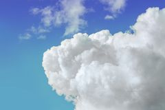 Cloudscape Μπλε ουρανός και άσπρο σύννεφο Σύννεφο σωρειτών πλάτη εικόνων Στοκ εικόνες με δικαίωμα ελεύθερης χρήσης