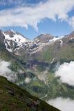 Cloudscape πέρα από τα βουνά στοκ εικόνα