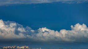 Cloudscape πέρα από τα τουριστικά skyscrappers στο χρονικό σφάλμα ακτών φιλμ μικρού μήκους