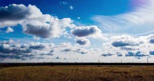 Cloudscape που κινείται πέρα από τις πεδιάδες απόθεμα βίντεο