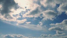 Cloudscape που φωτίζεται από τη The Sun φιλμ μικρού μήκους