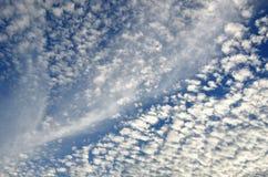 Cloudscape στον μπλε θερινό ουρανό στοκ φωτογραφία