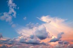 Cloudscape, υπόβαθρο ουρανού θερινού βραδιού στοκ εικόνες