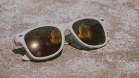 Cloudscape φωτεινό να λάμψει ήλιων που απεικονίζεται με στα γυαλιά ηλίου απόθεμα βίντεο