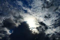 Cloudscape вечера с драматическим освещением стоковые фото