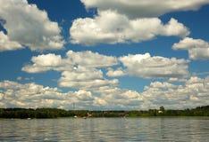 Cloudscape и озеро лета Стоковые Изображения RF