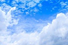 Cloudscape предпосылки голубого неба лета и белых облаков в солнце стоковая фотография rf