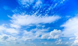 Cloudscape предпосылки голубого неба лета и белых облаков в солнце стоковые фотографии rf