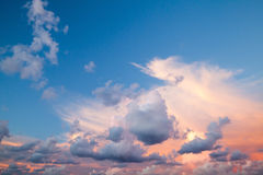 Cloudscape, предпосылка неба вечера лета Стоковое Фото