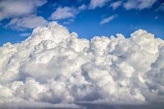 Cloudscape с голубым небом и красивым белым облаком Стоковая Фотография RF