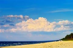 Cloudscape с огромным образованием облака cumulonimbus над пляжем на Балтийском море Стоковое Изображение