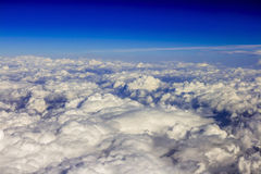Cloudscape с темносиним небом и красивым белым облаком Стоковые Изображения RF