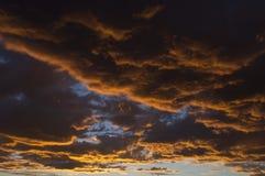 Cloudscape arancione blu al tramonto Immagini Stock Libere da Diritti