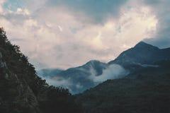 Cloudscape au-dessus d'arête de montagne Images stock