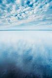 Cloudscape au-dessus de la surface de l'eau de la rivière d'étang de lac Nature, fond Image stock