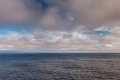 Cloudscape au-dessus de mer de Tasman dans le matin, Australie de la Tasmanie Photos libres de droits